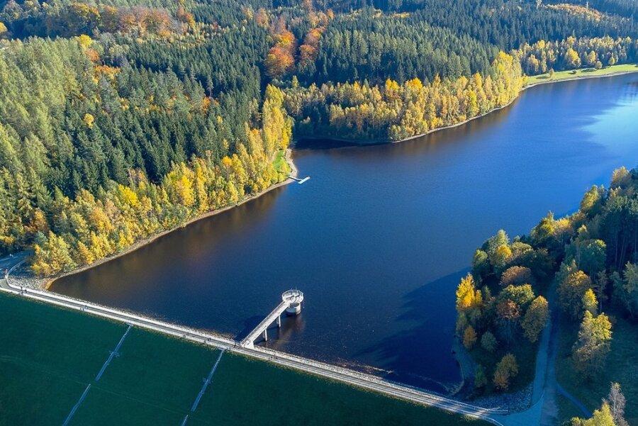 Bunte Laubbäume schmücken das Ufer der Talsperre. Dabei fällt aus der Vogelperspektive der niedrige Wasserstand kaum auf.