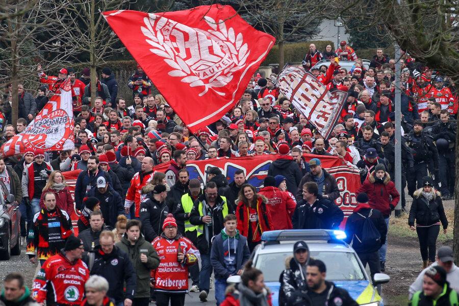 Hunderte Eishockey-Fans sind am Sonntag durch Crimmitschau zum Sahnpark gezogen.