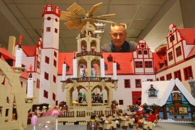 Das nachgebaute Glauchauer Schloss hat Maik Schenker mit einem weihnachtlichen Markttreiben versehen.