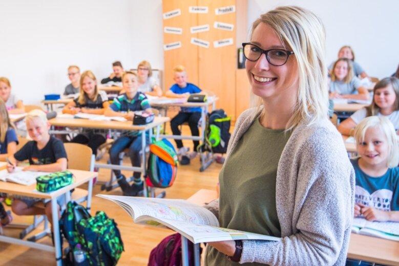 Lehrerin Julia Anders am zweiten Standort der Grundschule Neukirchen, der ehemaligen Adorfer Schule, die extra für diesen Zweck hergerichtet worden ist. Dort werden die dritten und vierten Klassen unterrichtet, während die ersten und zweiten Klassen am bisherigen Schulort lernen.