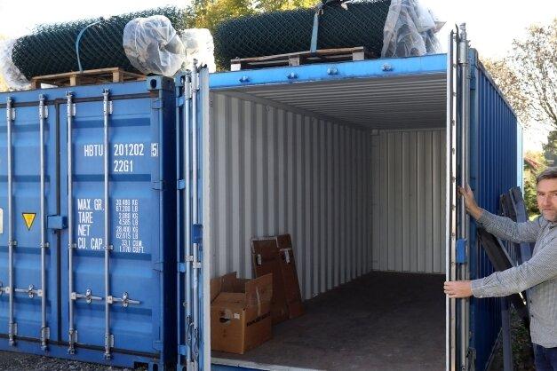 Zwei Überseecontainer mit Hilfsgütern für Menschen im sambischen Chongwe stehen derzeit auf dem Betriebsgelände von Thomas Reinhold, Geschäftsführer der Firma Grünland in Hermsdorf.