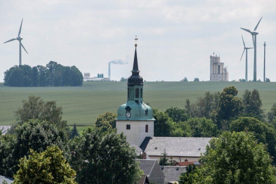 Ein Grund für aktuelle Proteste sind geplante Windkraftvorhaben. So soll zwischen Wiederau und Diethensdorf ein neues, fast 250 Meter hohes Windrad errichtet werden. Der Antrag liegt beim Landratsamt. Weitere Windräder könnten zwischen Königshain und Frankenau sowie nördlich des Königshainer Waldes gebaut werden.