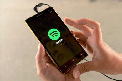Spotify-App auf einem Smartphone: Streaming-Anbieter versprechen ihren Nutzern endlosen Zugriff auf Musik, müssen dafür aber die Künstler entlohnen: Song-Nutzungsrechte sind da Gold wert.