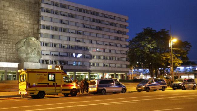 Mit mehreren Wagen ist die Polizei am Samstag gegen 21 Uhr am Karl-Marx-Monument im Einsatz gewesen. Den Angaben zufolge war es dort zu einer Auseinandersetzung zwischen drei Personen gekommen.