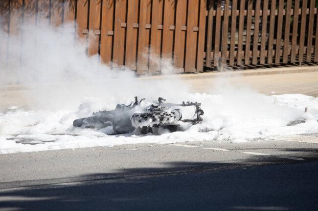 Das Motorrad wurde mit Schaum gelöscht.