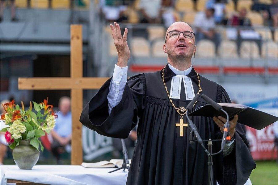 Der seit März im Amt befindliche Landesbischof der evangelisch-lutherischen Landeskirche Sachsen, Tobias Bilz, hielt am Sonntag im Vogtland eine Predigt im Fußballstadion.