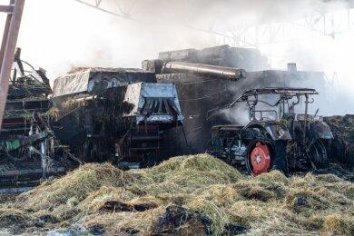 Vom einem Mähdrescher aus griffen die Flammen auf weitere Technik und rund 160 Heuballen über.