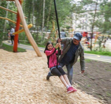 Gleich zwei Seilbahnen gibt es auf dem Spielplatz. Finja (9) wird von ihrem Großvater Gunter Viola angeschubst.