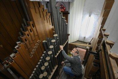 Die Restaurierung der Sauer-Orgel mit 2560 Pfeifen in der Stadtkirche Burgstädt ist in vollem Gange. Thomas Bartzsch beim Ausbau der Pfeifen.
