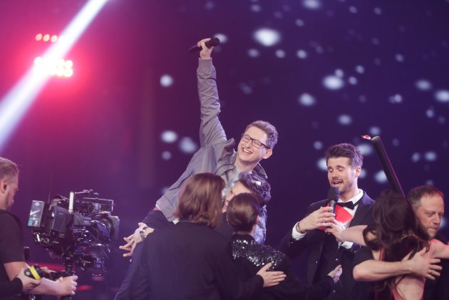 "Samuel Rösch bejubelt seinen Sieg bei  ""The Voice of Germany""."
