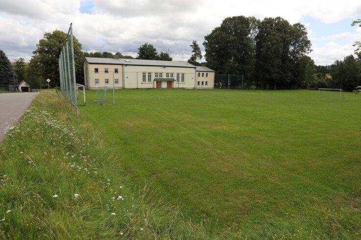 Teile des Bernsdorfer Sportplatzes sollten für ein neues Feuerwehrhaus geopfert werden. Nach einem Patt im Gemeinderat wurde die Entscheidung aber verschoben. Ein weiterer Standort werde geprüft.