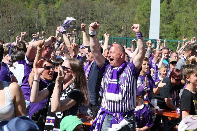 Knapp 1000 Fans bejubelten den Aufstieg im Auer Stadion.
