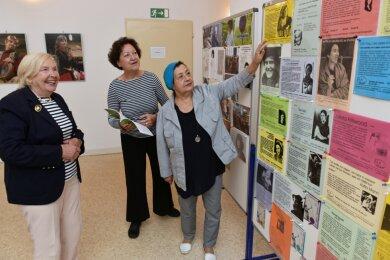 Frauenporträts aus über 30 Jahren Frauenzentrum wurden nicht nur auf Tafeln zusammengetragen, sondern auch in zwei Bänden veröffentlicht. Eines der Bücher hält die Leiterin des Frauenzentrums, Ilona Seifert, in den Händen. Sie, Professorin Ilse Nagelschmidt (links), Mentorin der Einrichtung, und die langjährige Leiterin Iris Tätzel-Machute haben das Frauenzentrum seit der Gründung 1990 maßgeblich geprägt.