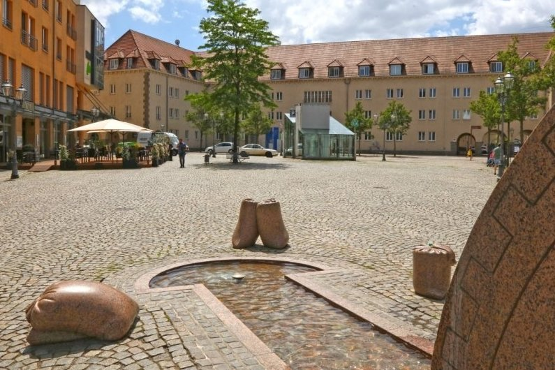 Ein betrunkener Radfahrer ist am Samstagabend in Zwickau gegen steinerne Säcke gefahren, die zum Brunnen auf dem Kornmarkt gehören.