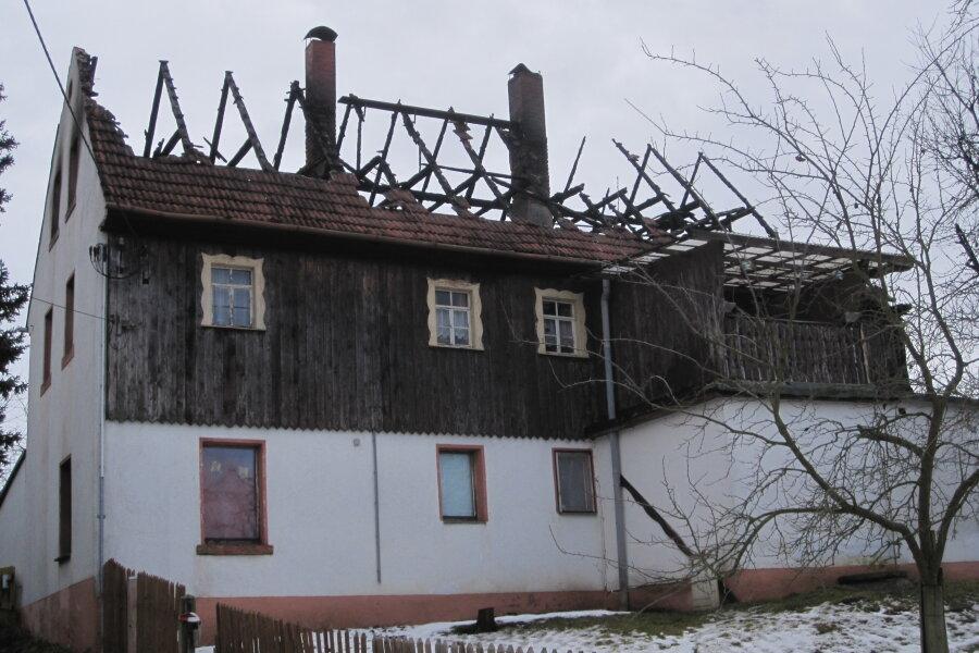 Fachwerkhaus brennt nieder - drei Bewohner können sich retten