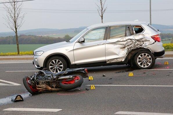 Motorradfahrer bei Unfall lebensbedrohlich verletzt