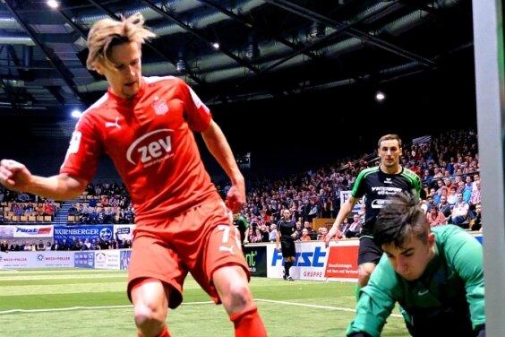 Torhüter Tommy Kitruschat von der Westsachsenauswahl kann in dieser Szene den Ball vor FSV-Spieler Bentley Baxter Bahn sichern.