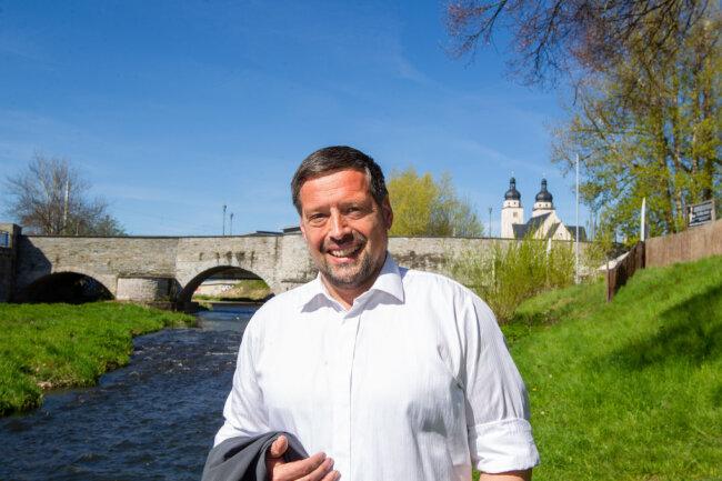 Lieblingsort in Plauen? Im Scherz sagt Ingo Eckardt, das sei für ihn der Stuhl des Oberbürgermeisters. Ernsthaft fügt er hinzu, er habe viele Lieblingsorte in der Stadt - den Altmarkt, das Komturhofgelände, das Theater und die alte Elsterbrücke, wo dieses Foto entstanden ist.