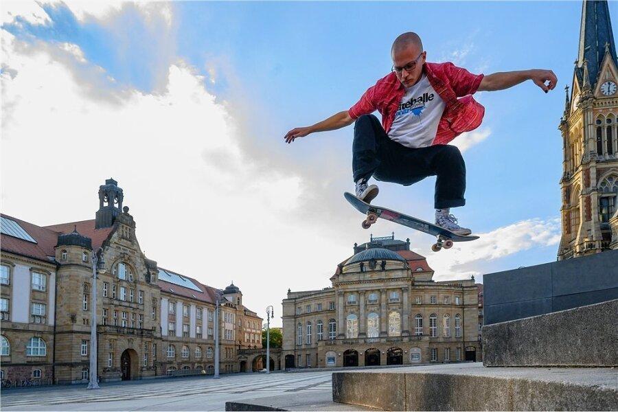 Ein Skater vor der Kulisse des Theaterplatzes - Symbol für das Spannungsfeld zwischen Kultur und Sport.