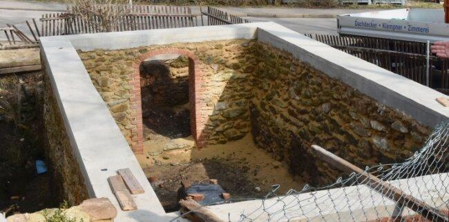 An der Nordseite des Wohnhauses wurden die Grundmauern der alten Gatterhalle freigelegt. Daneben befand sich früher das Wasserrad.