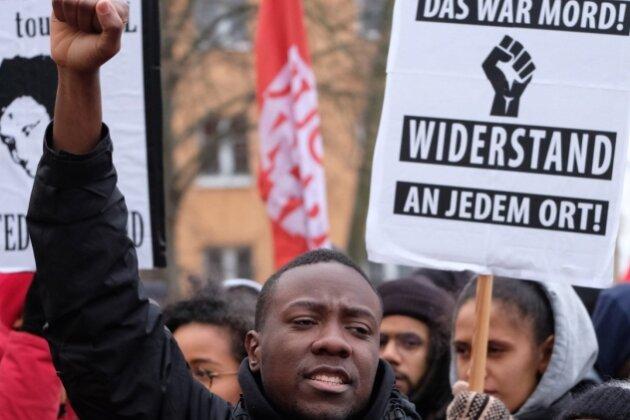 Der Kampf um die Wahrheit geht weiter: Am Sonntag versammelten sich in Dessau zum 13. Todestag von Oury Jalloh Tausende Menschen. Der Asylbewerber war damals in einer Polizeizelle verbrannt.