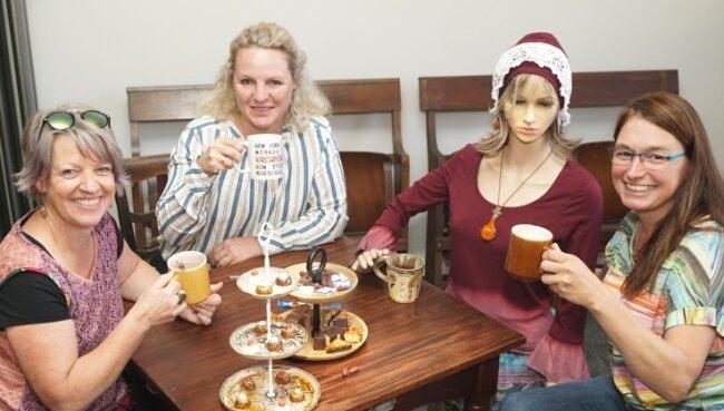 Sylke Berger, Susan Schwarz und Anja Roocke (von links) haben sich den Spaß gegönnt, zusammen mit dem Schokoladenmädchen am Tisch Platz zu nehmen.