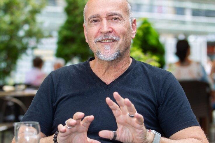 Holger Hauer ist Schauspieler, Regisseur, Autor und Übersetzer.