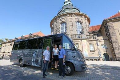 Der Pechsteinbus mit Unternehmer Steffen Beck, Kunstsammlungsleiterin Petra Lewey und Zwickaus Kulturamtschef Michael Löffler (v. l.).