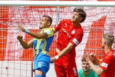 Ende Juni beim 3:2-Sieg des FSV Zwickau gegen Braunschweig noch Kontrahenten beim Kopfballduell, künftig Teamkameraden: Abwehrrecke Steffen Nkansah (links) und Sturmtank Ronny König (rechts).