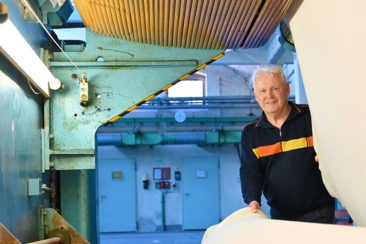 Dietmar Lorenz an der Nadelfilzanlage von 1976. An der Maschine begann er seine Karriere im Lengenfelder Betriebsteil der Filztuch.