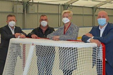 Michael Buth vom Maklerpool Invers Leipzig und Beatrice Jacobus von der Versicherung Verti (von rechts) unterstützen den ETC Crimmitschau - Matthias Gerth und Lutz Höfer (von links) - bei der Finanzierung der neuen Eisfläche.