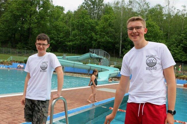 Carlos Bergann (links) aus Tobertitz und Louis Fruh aus Dehles machen als Rettungsschwimmer gerne an den Wochenenden oder nachmittags Aufsicht im Freibad.