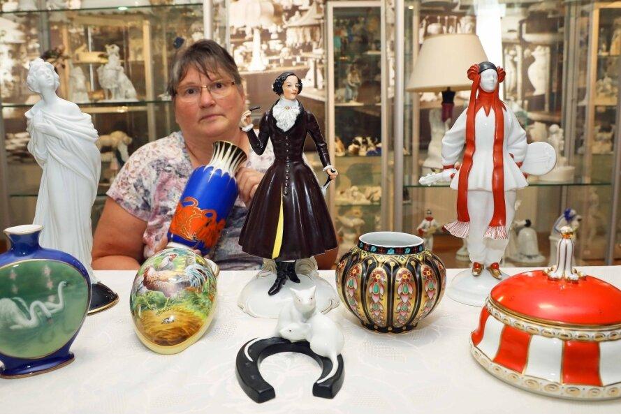 """Anette Böhme vom Vorstand des Fördervereins """"Fraureuther Porzellan"""" mit den neuesten Exponaten, die in den vergangenen Monaten vom Verein gekauft wurden und nun in der Ausstellung im Herrenhaus zu sehen sind."""