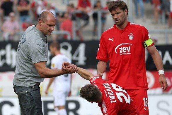Aufstehen und weiter: Zwickaus Sportvorstand David Wagner tröstet Nils Miatke (Mitte) nach der bitteren 0:1-Heimniederlage gegen Würzburg. Ronny König war nach Abpfiff genauso enttäuscht.