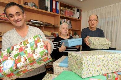 Insgesamt 22 Weihnachtspäckchen, die von Bewohnern des AWO Wohnzentrums für Menschen mit Behinderung gestaltet und mit Geschenken gefüllt wurden, gehen in den nächsten Wochen auf große Reise.