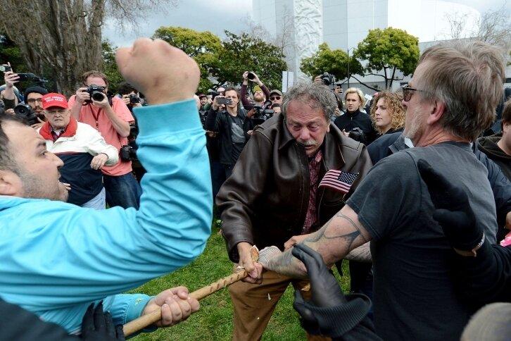 Während in Washington eine unglaubliche Geschichte die nächste jagt, geraten im Land Anhänger und Gegner aneinander. Gewalttätige Auseinandersetzungen mit mehreren Verletzten wurden am Samstag aus Berkeley (Kalifornien) gemeldet.