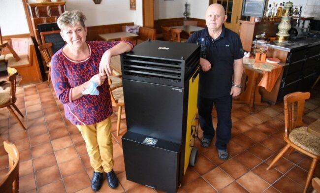 Sybille Kriz von der Gaststätte Zum Vogtländer in Oelsnitz und ihr Lebensgefährte Winfried Simon zeigen den Raumluftreiniger.