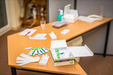 Im Corona Testzentrum in Auerbach/ERZ. wird der Ablauf eines Tests vorgeführt.