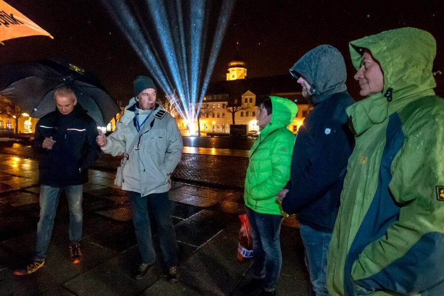 Ulrich Classen (2.v.l.) führte zur shoppingnacht trotz Regens sieben Interessierte etwa eine Stunde lang durch die Stadt und legte dabei die Stadtgeschichte Marienbergs dar.