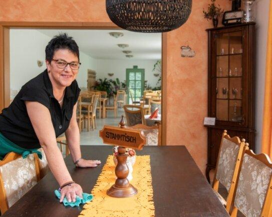 """Angelika Meißner aus dem Königshain-Wiederauer Ortsteil Stein betreibt in Wiederau die Gaststätte """"Geli's Bürgerhaus"""". Den vorderen Teil der Gaststube hat sie umgestaltet. Er verströmt Wohnzimmeratmosphäre."""