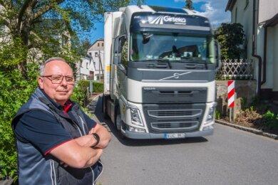Anwohner fordern eine 30er-Zone für Lkws entlang der Adorfer Hauptstraße. Ortsvorsteher Bernd Bochmann macht sich dafür stark.