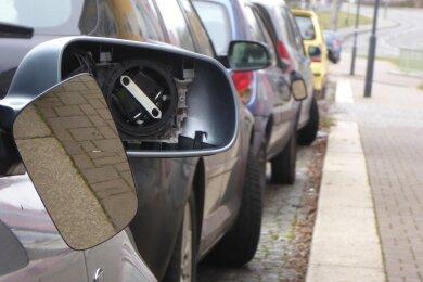 Das Quartett beschädigte die Außenspiegel von 16 Fahrzeugen.