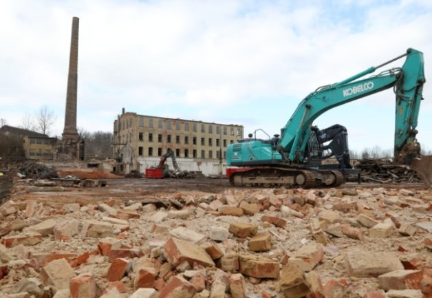 Die Abrissarbeiten auf dem städtischen Gelände der ehemaligen Kammgarnspinnerei in Meerane gehen voran. Auf dem Areal soll eine Grünfläche entstehen.