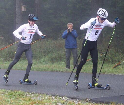 Jakob Fischer vom SSV Geyer - hier über 5 Kilometer hinter dem Winterberger Justin Moczarski - überquerte die Ziellinie in der Sparkassen-Skiarena Oberwiesenthal als Erster und Zweiter.