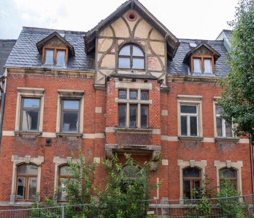 Vor der Louis-Müller-Straße 4 wächst bereits ein kleiner Wald. Das 1905 erbaute Haus ist derzeit herrenlos.