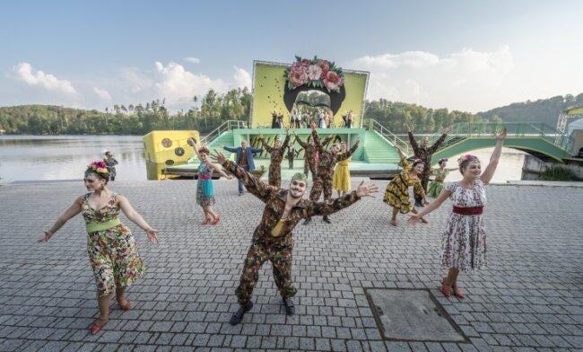 """Die freiberuflichen Musicaldarsteller bereichern die Inszenierung der Operette """"Die Csárdásfürstin"""" von Emmerich Kálmán auf der Seebühne in Kriebstein."""