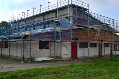 Die Turnhalle in Pappendorf wird saniert. Nach 30 Jahren der Nutzung muss an einigen Stellen nachgebessert werden.