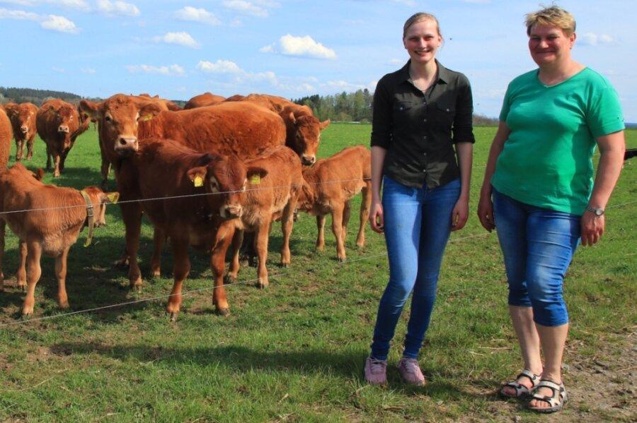 Sandra Hartenstein mit ihrer Mutter Anett und der Helmsgrüner Limousin-Herde.