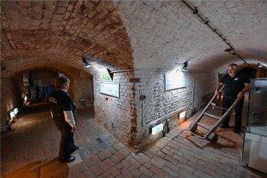 Bärbel Braune und Wolfgang Lauch vom Verein Chemnitzer Gewölbegänge führen seit vielen Jahren Gäste durch den Chemnitzer Untergrund und zeigen dabei historische Gerätschaften wie diese Transportkarre für Bierfässer.