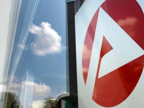 Logo eines Jobcenters. Die Jobcenter sollen zuletzt rund 290 000 Menschen mit einem falschen Status an die BA-Statistik gemeldet - das sind 8,6 Prozent der Leistungsempfänger.
